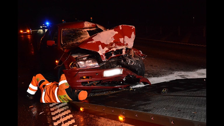 En bilist körde rakt in i en saltbil norr om Klamar. Foto: Helmuth Petersson