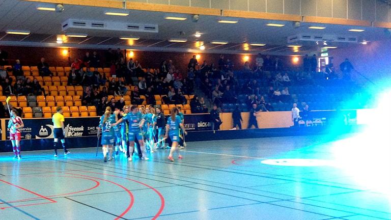 Det blev en heldag av innebandy i Kalmar Sporthall under lördagen. Arrangemanget kallas för FBC-kronan och innebär att klubbens sponsorer betalar två eller fem kronor per åskådare.  –
