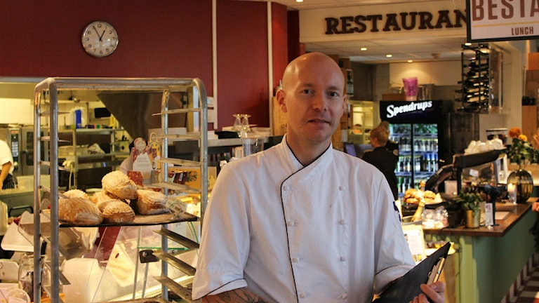 Henrik Arkåsen driver restaurang Guldkant i Västervik. Foto: Johanna Lindblad Ahl/Sveriges Radio