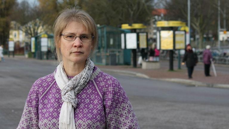 Inger Wiklander pendlare på busstationen. foto: Tobias Sandblad SR