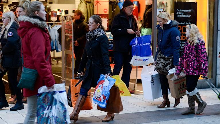 Människor med shoppingkassar. Foto: Bertil Enevåg Ericson/TT