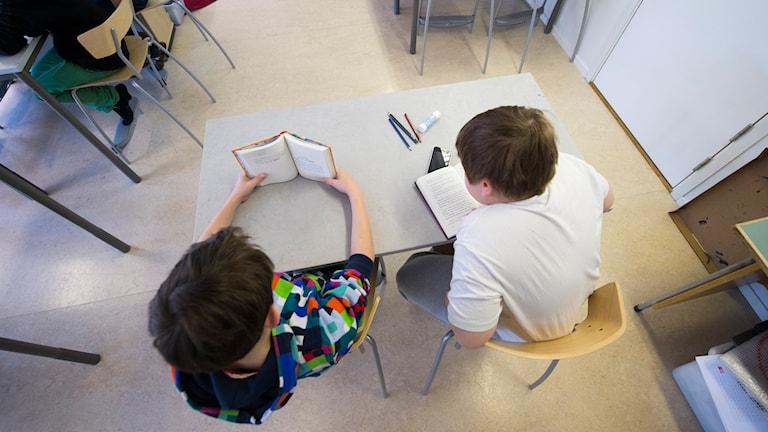 Elever läser böcker. Foto: Fredrik Sandberg/TT