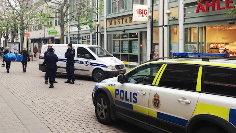 Polisbil och väktarbil. Foto: Magnus Krusell/Sveriges Radio