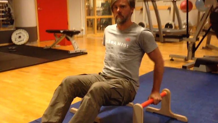 Friskis-Daniel visar en övning. Foto: Sveriges Radio