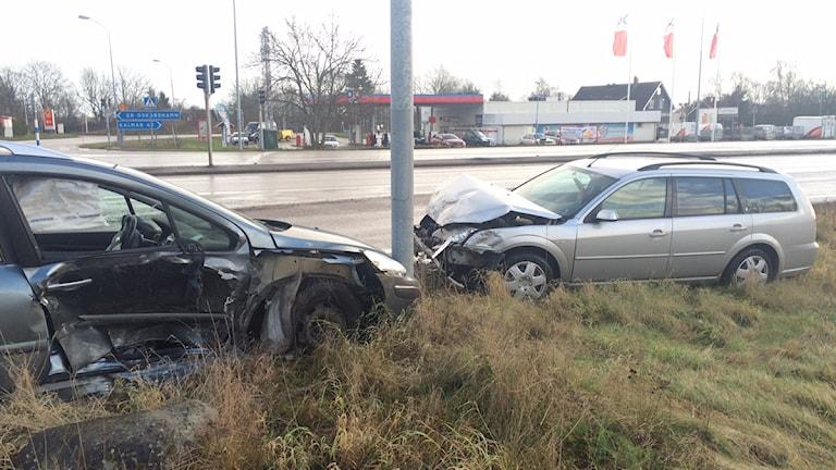 Två krockade bilar. Foto: Peter Bressler/Sveriges Radio