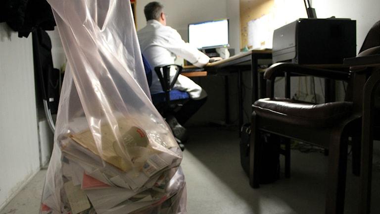 Thomas Nordström rensar papper och skriver avskedsmail när han nu lämnar Akzo Nobel efter 28 år för nytt jobb. Foto: Johanna Lindblad Ahl/Sveriges Radio