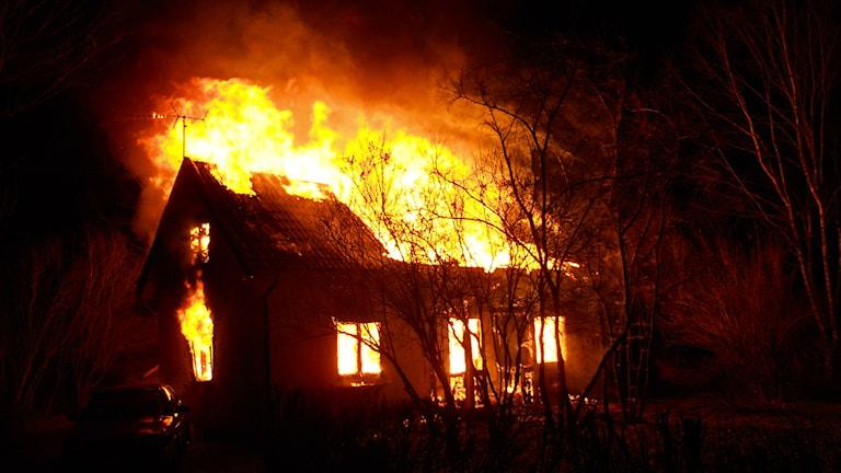 En man befaras innebränd i branden utanför Berga. Foto: Räddningstjänsten