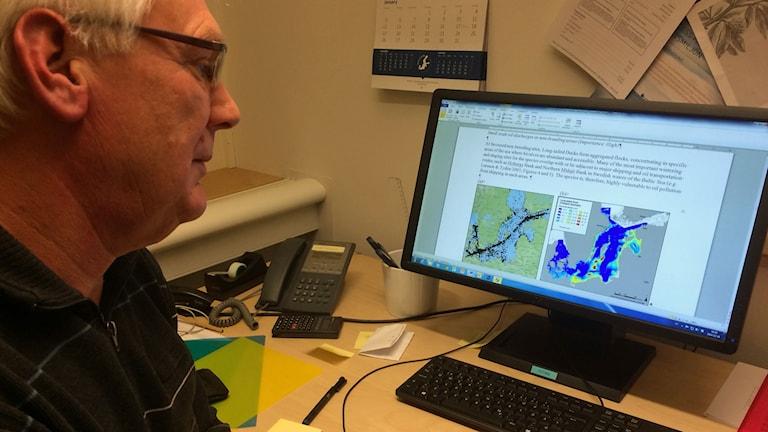 Kjell Larsson, professor i Sjöfart och miljö vid Sjöfartshögskolan, Linneuniversitetet tittar på oljeutsläppen över Östersjön.