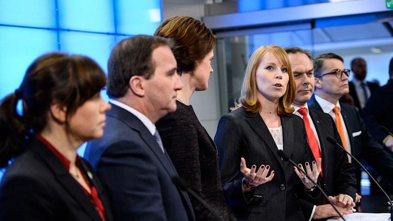 Regeringens och Alliansens företrädare. Foto: Maja Suslin/TT