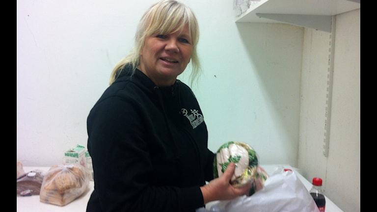 Katarina Borgemo på Kalmar Stadsmission packar matpåsar