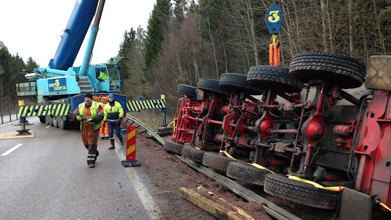 Kranbil bärgar kranbil på E22. Foto: Lennart Palm/Sveriges Radio