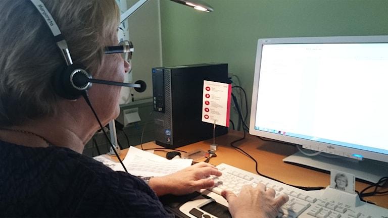 Kvinna med telefonheadset. Foto: Nick Näslund/Sveriges Radio