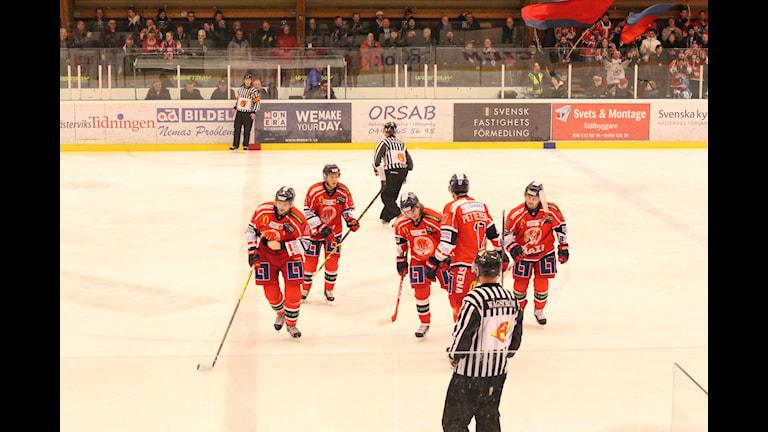 Västervik IK glada efter mål. Foto: Patrik Wirengård/Sveriges Radio