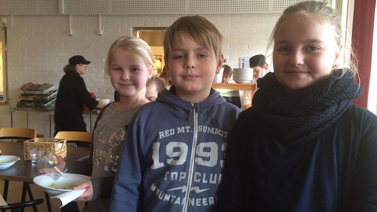 Emelie, August och Meja på Rinkabyholmsskolan i Kalmar. Foto: Tobias Sandblad/Sveriges Radio