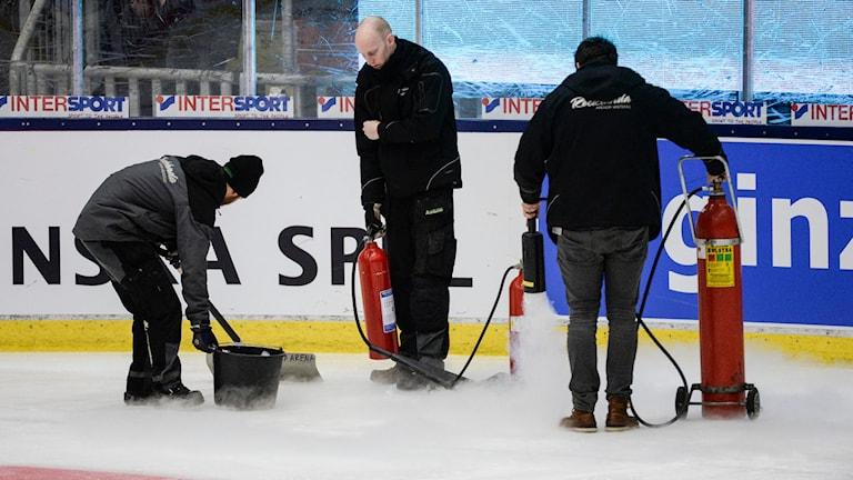 Personal arbetar med isen. Foto: Jessica Gow/TT