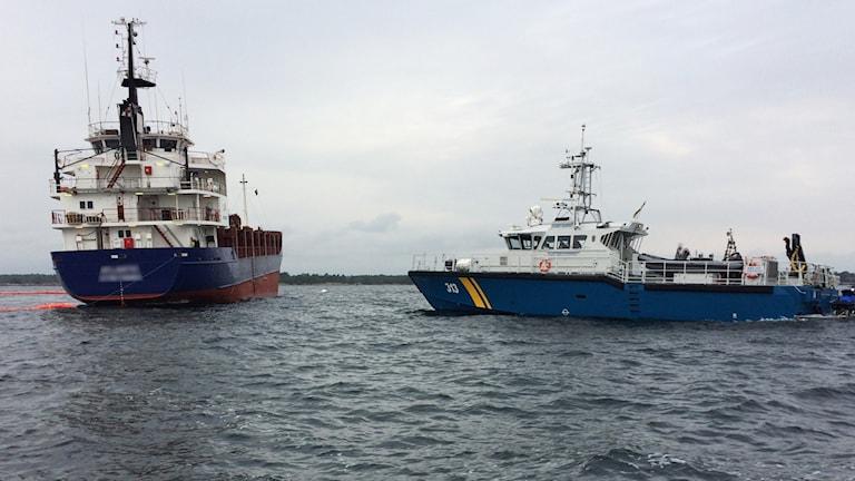 Två fartyg på havet.