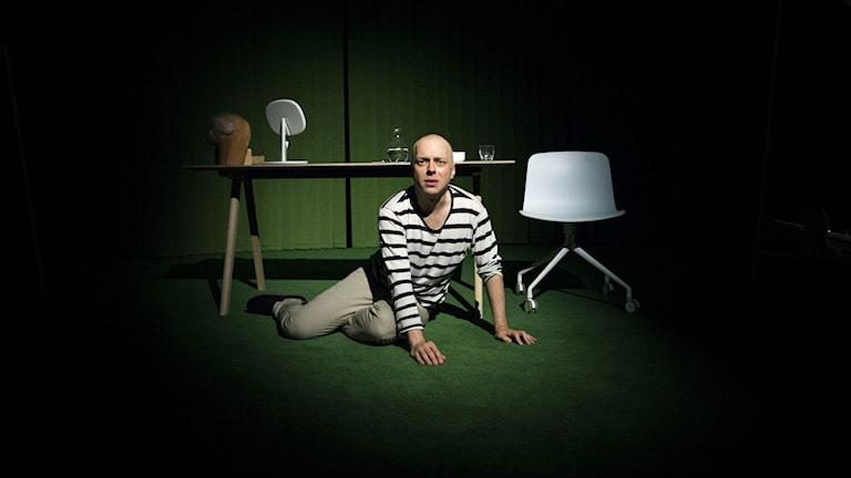 Skådespelaren Robert Fux, då han repeterar monologen 'Ansvaret är vårt/Tingsten' på stadsteatern i Stockholm. Pjäsen handlar om den legendariske DN-redaktören Herbert Tingsten. Foto: Pontus Lundahl/TT