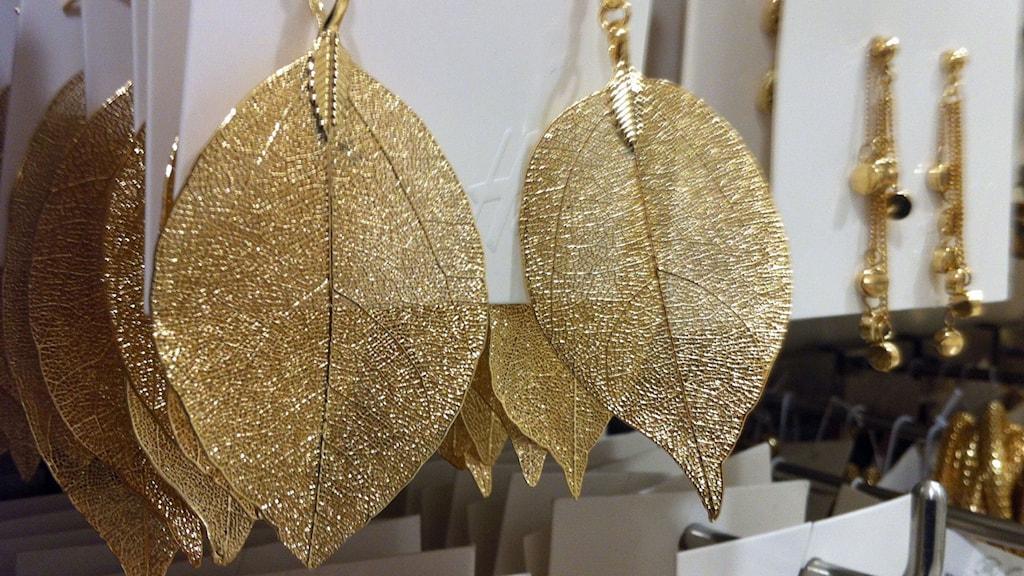 Oäkta smycken kan innehålla bly, kadmium och nickel.