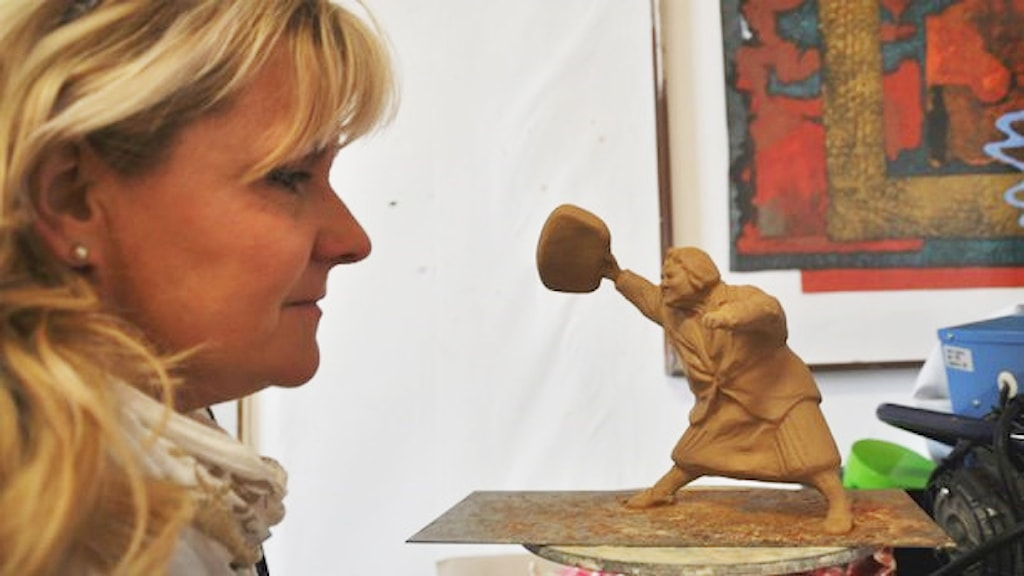 Susanna Arwin med den två decimeter höga modellen av statyn.