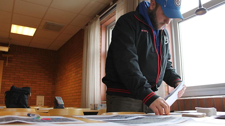 Per Embretsen vice ordförande i VIK hockey kollar igenom sålda biljetter inför lördagens play off. Foto: Johanna Lindblad Ahl/Sveriges Radio