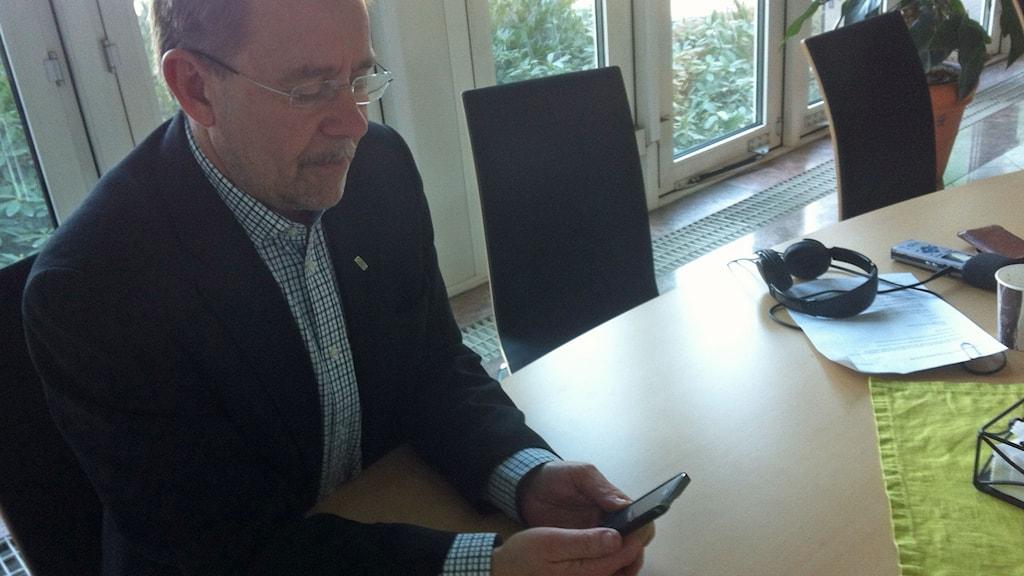 KLT:s trafikdirektör Karl-Johan Bodell tittar på reklamfilmen i sin mobil.