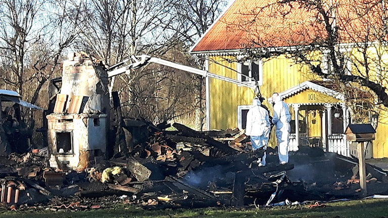 Teknisk undersökning i brandresterna utanför Brömsebro