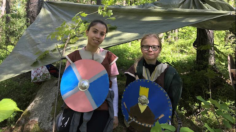 Två flickor iklädda vikingakläder.