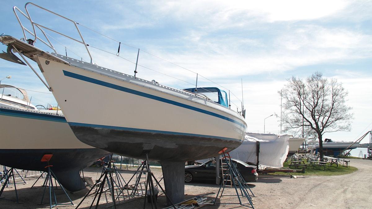 Segelbåt som snart ska ner i vattnet. Foto: Leif Johansson/Sveriges Radio