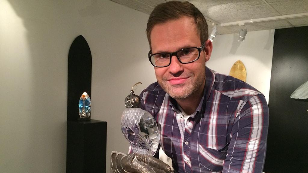 Martin Robertsson tillsammans med den produkt som han tror att de boende i Dubai är intresserade av.
