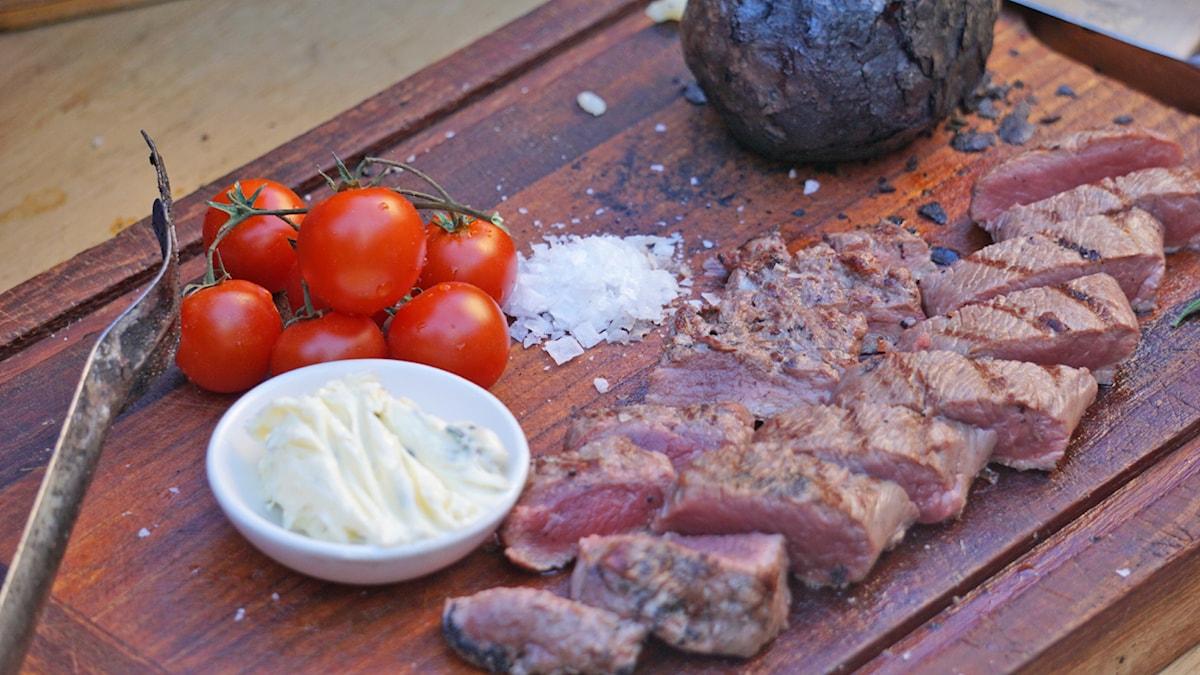 Grillad lammfilé med rosmarinsmör och bakad potatis. Foto: Annica Triberg