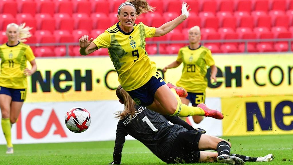 Kosovare Asllani slår i hop med Norges målvakt.
