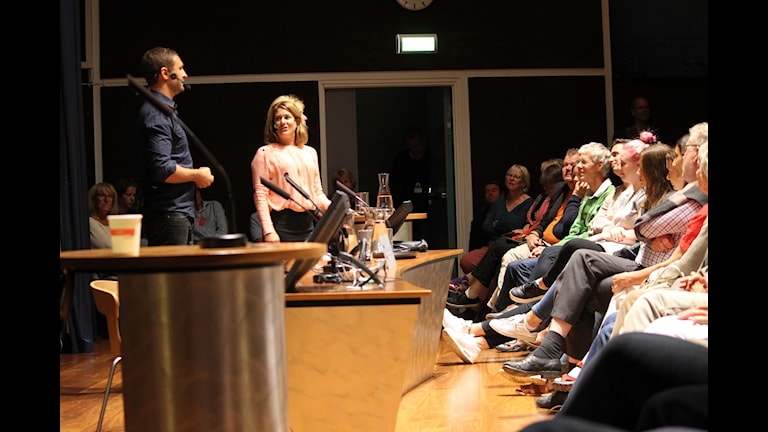 Beatrice Janzon och Johar Bendjelloul framför publik i Kalmar