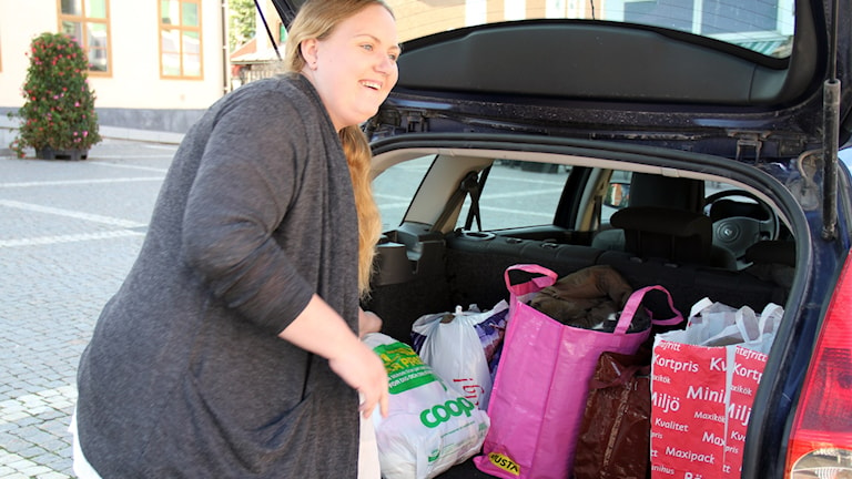 Erica Andersson lassar in gåvor i bilen. Foto: Leif Johansson/Sveriges Radio
