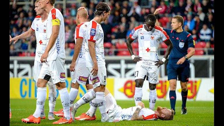 Kalmar FFs Marcus Nilsson ligger skadad framför Marcus Antonsson och Papa Alioune Diouf /Foto: Patric Söderström / TT /