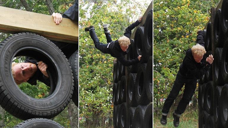Man klättrar över hinder. Foto: Leif Johansson/Sveriges Radio