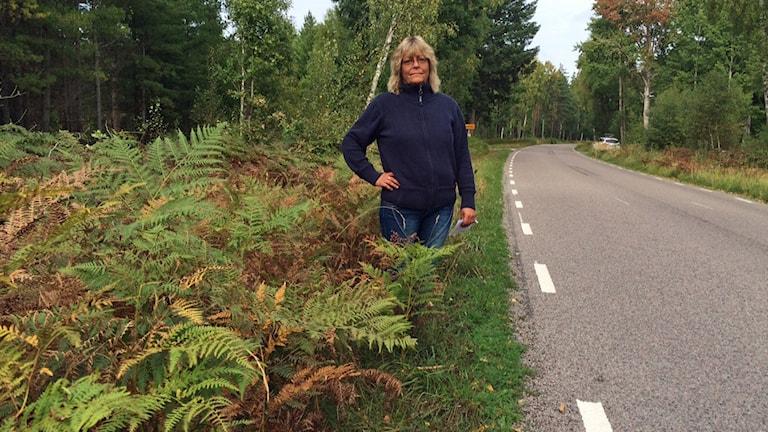 Helen Johansson på norra Öland protesterar mot att Trafikverket inte klipper dikeskanten.