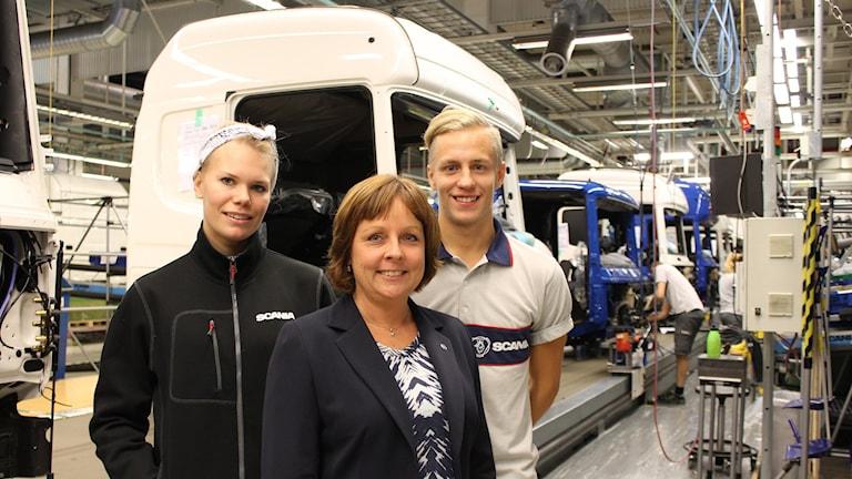 Scaniatalangerna Alexandra Simonsson och Emil Johansson flankerar personalchefen Maria Ronold Foto: Johanna Lindblad Ahl/Sveriges Radio.