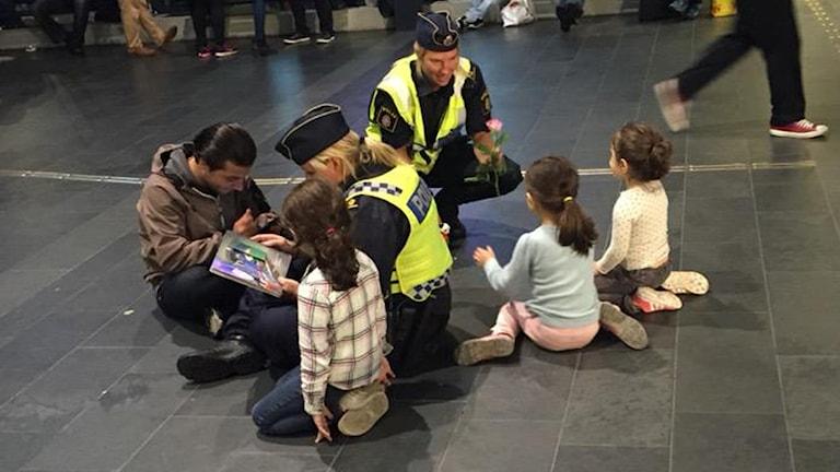 Poliser läser sagor. Foto: Privat
