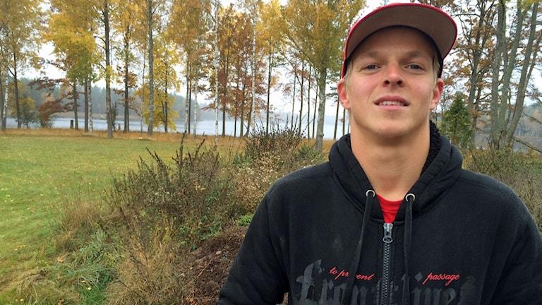 Simon Williamsson står vid Hindsjön i Alsterbro, där ett EM i barfotaåkning skulle vara perfekt.