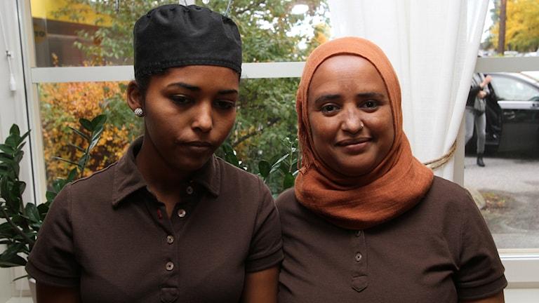 Soad Mohammed och Sara Idris kommer bjuda på Eritreansk mat. Foto: Leif Johansson/Sveriges Radio.
