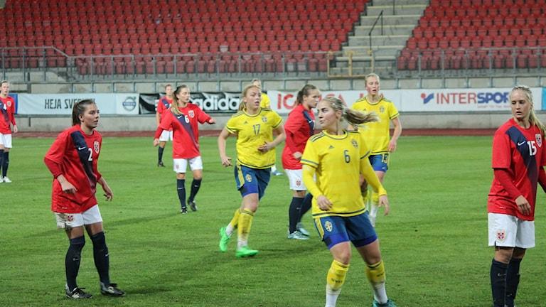 Tuff kamp mellan landslagen i säsongens sista landskamop. Foto: Faton Pasho / SR