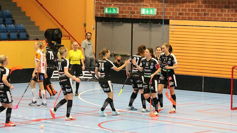 Kalmarsunds damer jublar efter mål. Foto: Faton Pasho / SR