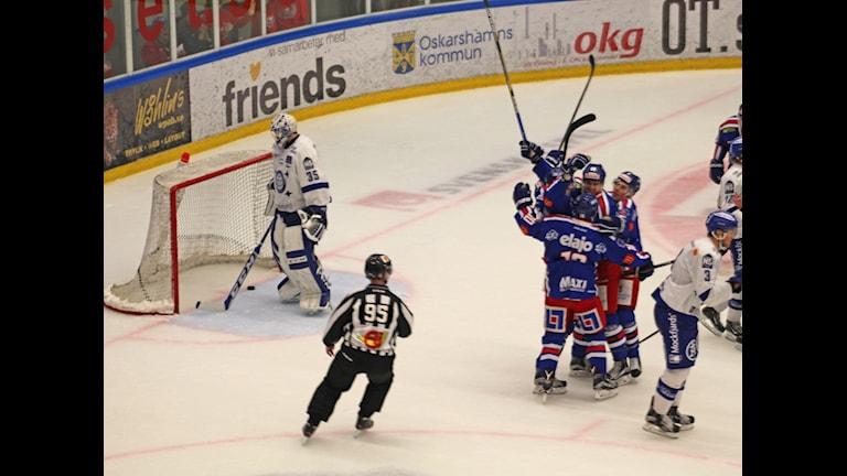 IK Oskarshamn jublar efter 1-1 målet. Foto: Patrik Wirengård/Sveriges Radio