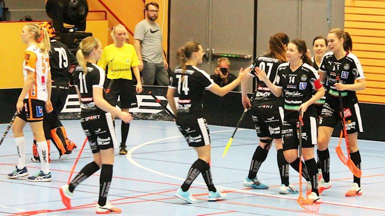 Kalmarsunds damer jublar efter mål. Foto: Faton Pasho/Sveriges Radio