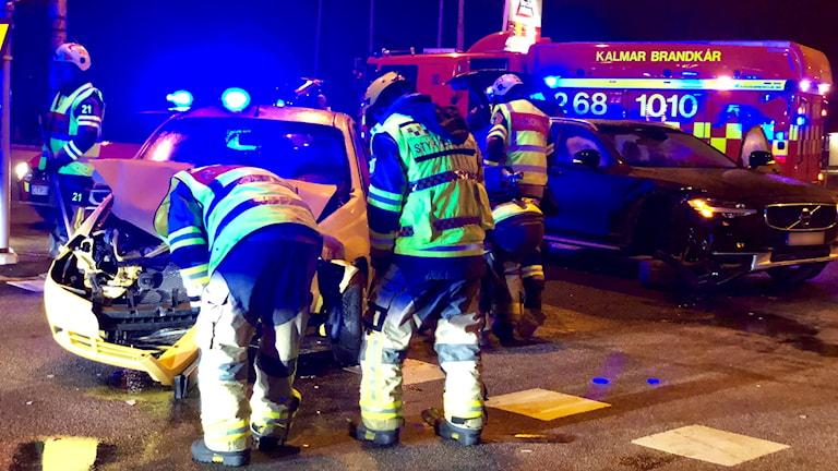 Blåljus och personal vid trafikolycka.