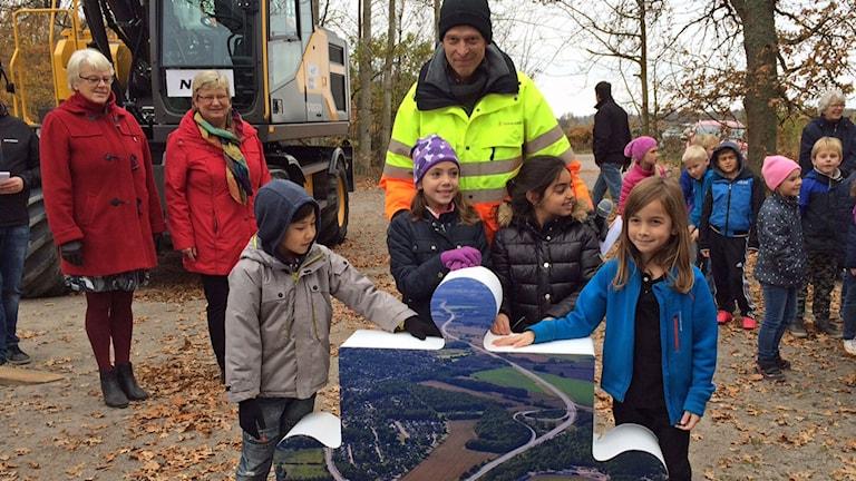 En skolklass från Rinkabyholmsskolan var på plats när första spadtaget ogs ill nya E22:an vid Rinkabyholm.