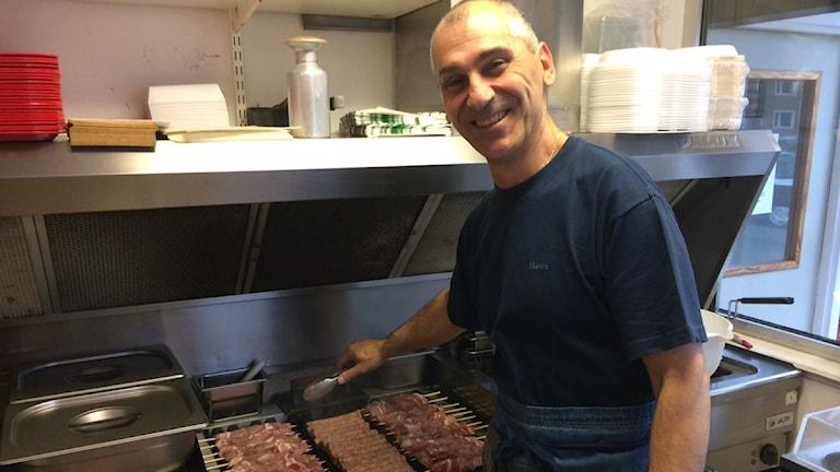 Dimitris lagar mat. Foto: Peter Bressler/Sveriges Radio