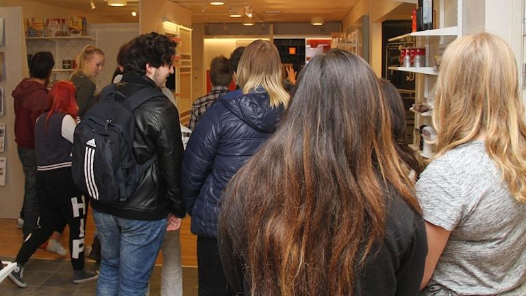Niondeklassare på besök på ELFA. Foto: Leif Johansson/Sveriges Radio
