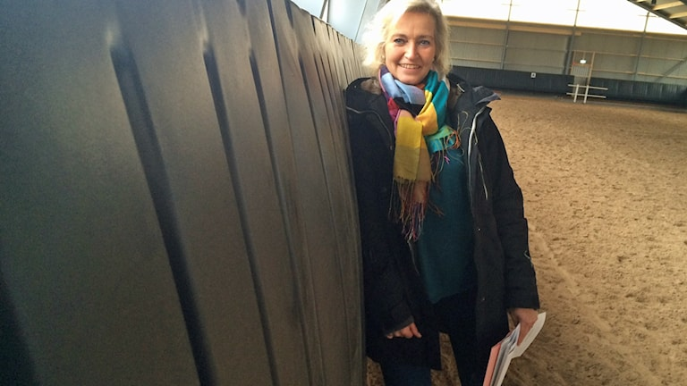Projektledaren Kristina Sjögren framför säkerhetssargen. Foto: Peter Bressler/Sveriges Radio