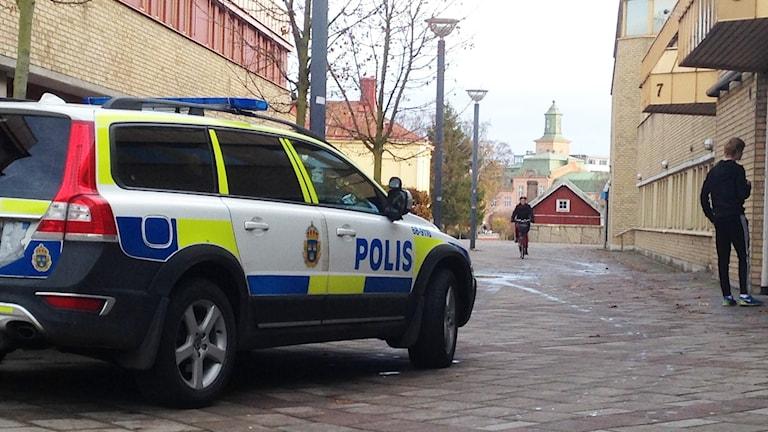 Polisbil i centrala Kalmar. Foto: Alexander Jungå/Sveriges Radio